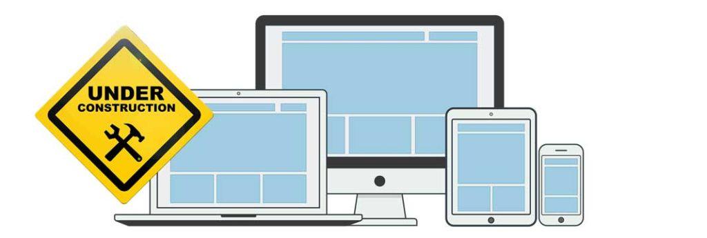 diversi layout sito web con cartello in costruzione